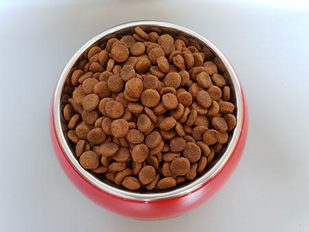 Napf mit dem Mera Dog Trockenfutter
